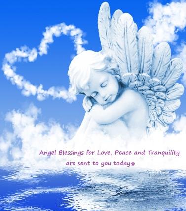 Engel träumt vor Wolkenherz am Wasser