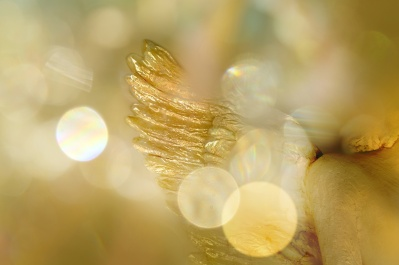 Goldener Engelsflügel/Engel in warmem Licht